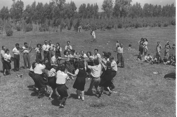 1920px-A_FOLK_DANCE_TROUPE_IN_KIBBUTZ_DALIA._להקת_מחול_מופיעה_בקיבוץ_דליה.D12-072 (1)